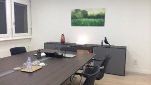 Présentation d'une peinture digitale installée dans un bureau